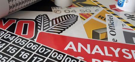 Autocollants et étiquettes pour machines